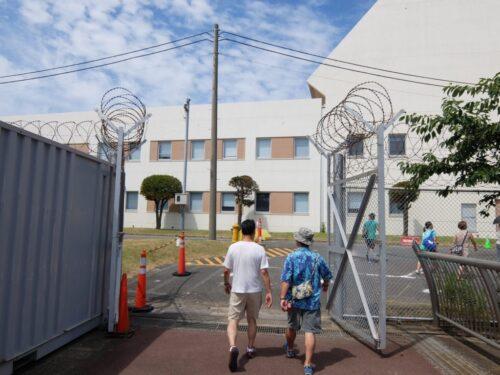 二重のゲートをくぐって基地内へ
