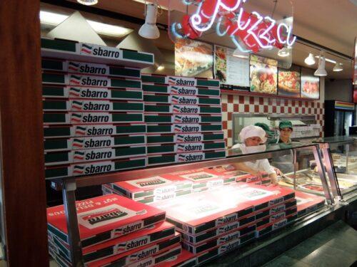 山積みされるピザ箱