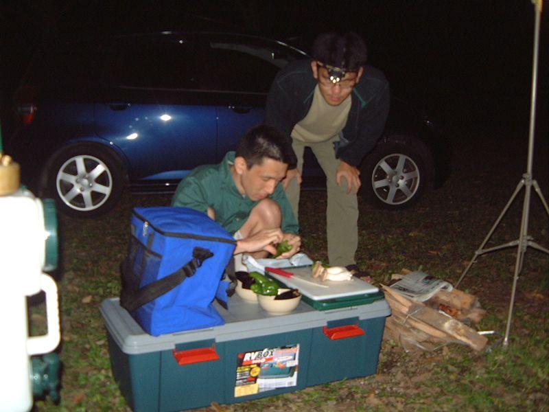 キャンプ場で宴会準備