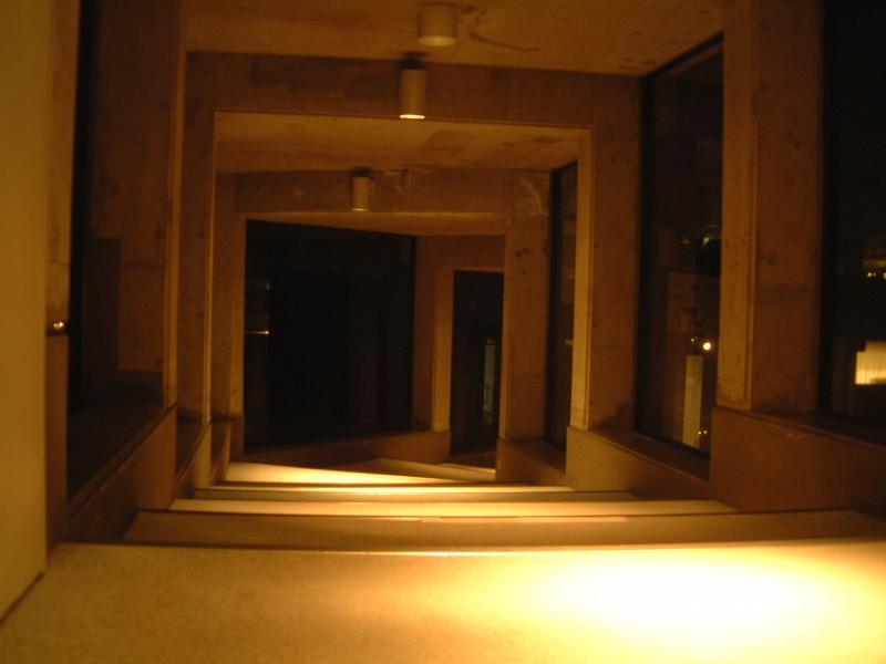 建物を続く廊下が延々と続く