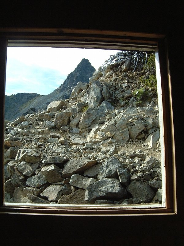 お手洗いの窓から槍ヶ岳