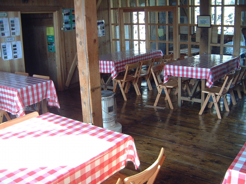 小屋に入るとすぐそこが食堂