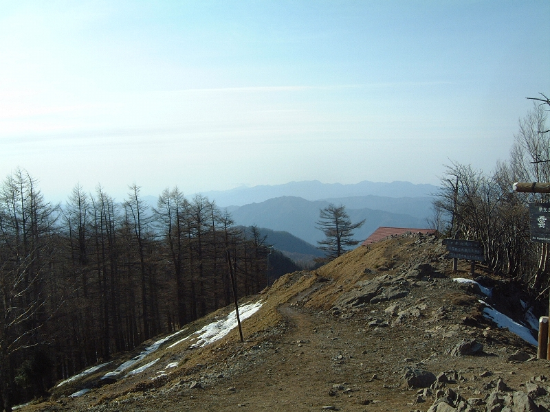 山頂から奥多摩方面の稜線