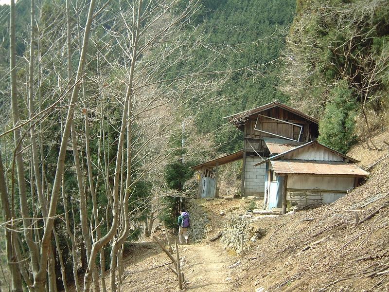 登山道沿いに廃墟