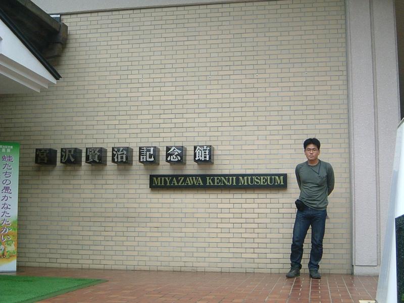 建物前で記念撮影