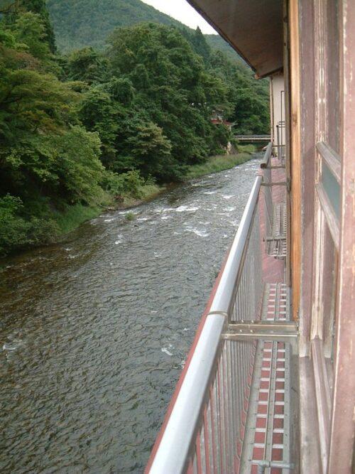 川を見下ろす