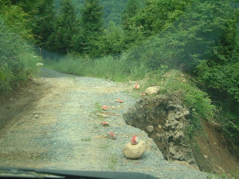 当たり前のように道路が崩落している