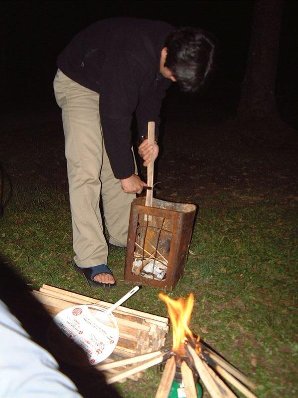 たき火の準備をする