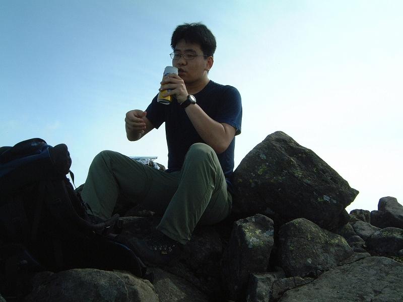 山頂でビールを飲む