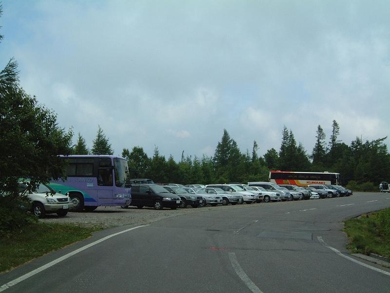 駐車場は車でいっぱい