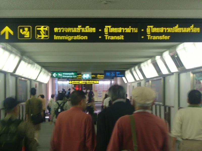 バンコク国際空港の長い廊下