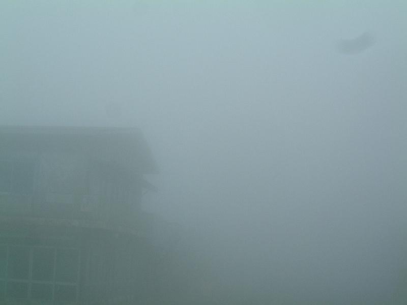 霧が深すぎて女体山に登るのは断念