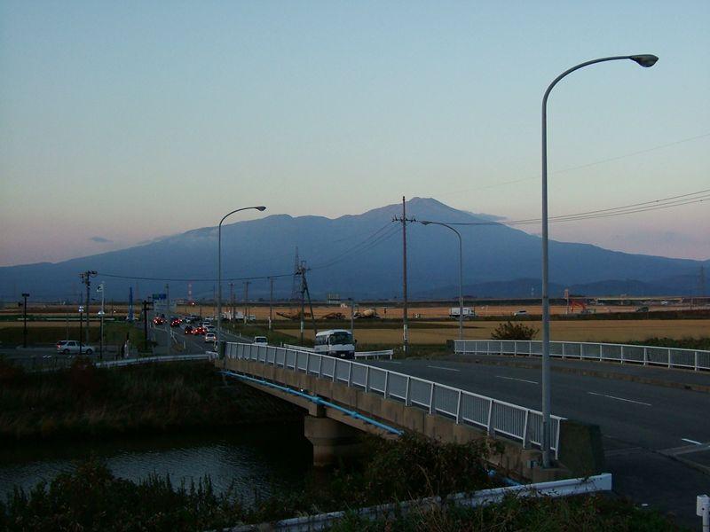 夕暮れの鳥海山