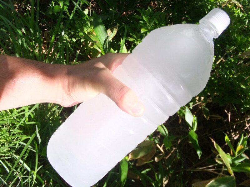 凍り付いたペットボトル