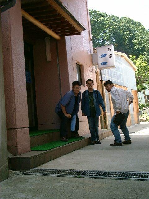 宿の前で撮影