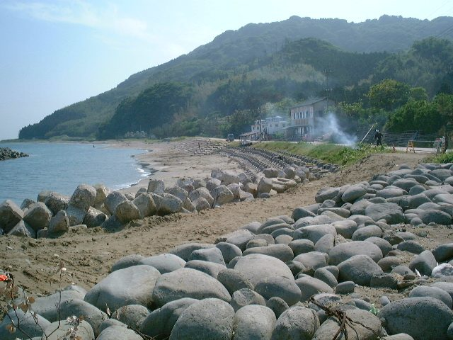 テトラポットが積まれる砂浜