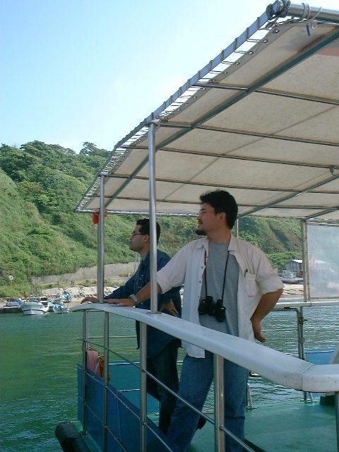 釜谷港を眺める二人