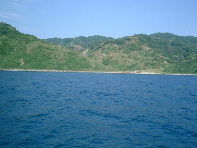 粟島の西側を疾走する