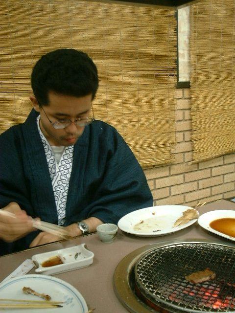 焼肉を食べる
