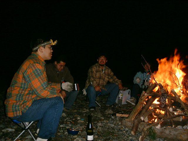 火を取り囲みながら食事
