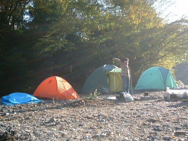 テントが3つ並ぶ