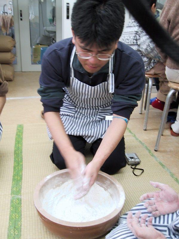 小麦粉とそば粉を丹念に混ぜ合わせる