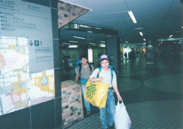 新宿駅を歩く