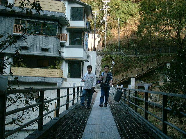 風呂上り、橋を渡る二人