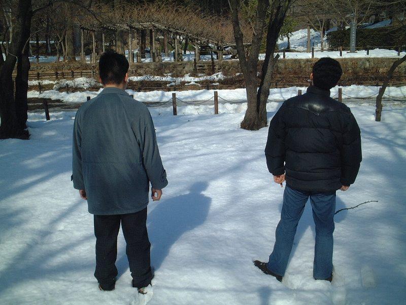 雪を前にする二人
