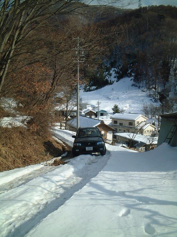 雪の坂道を登る