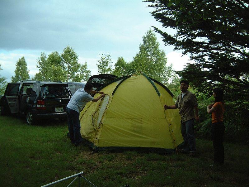 テントを組み立てる