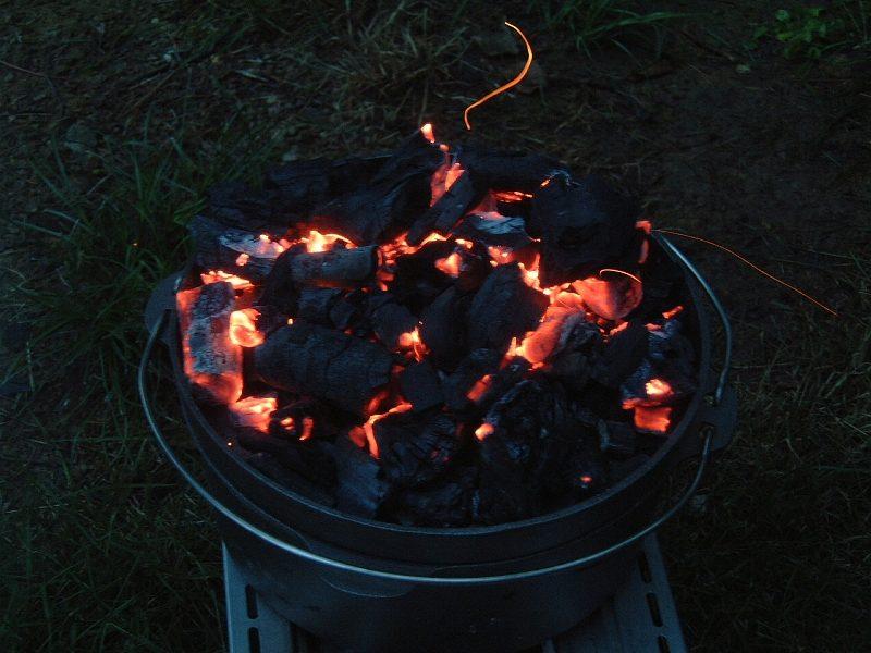 炭をダッチオーブンのフタの上にも載せる