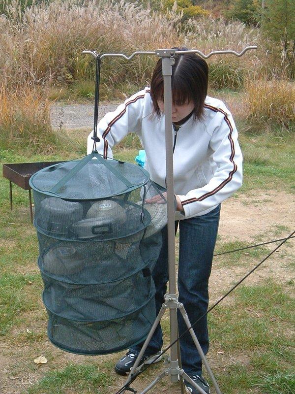 物干し網に食器を入れる