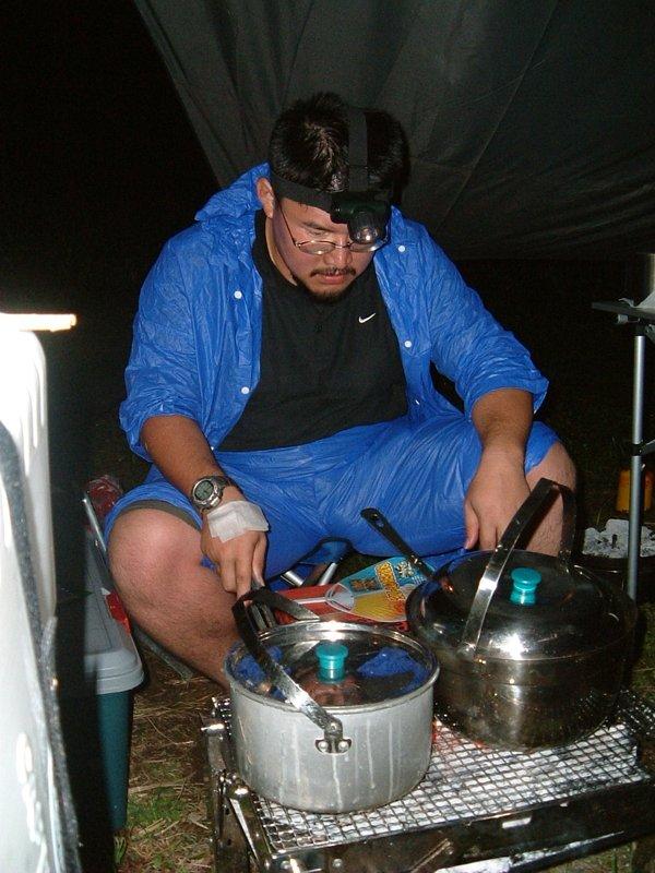 炭火コンロでご飯を炊く