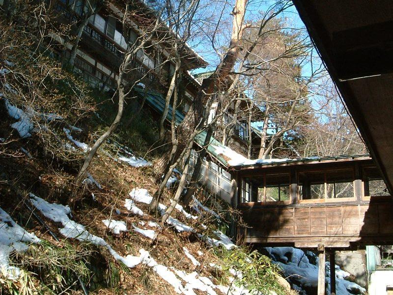 山の斜面に建つ旅館