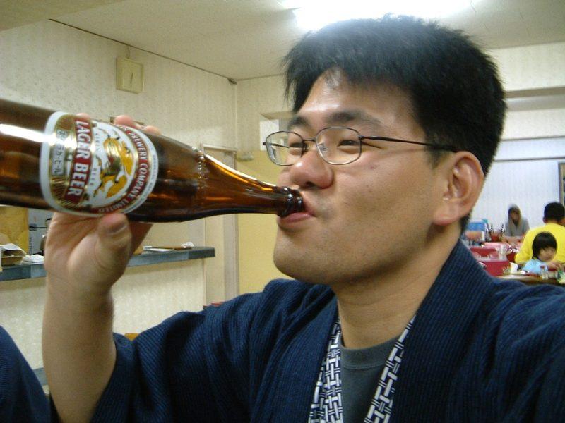 瓶ビールラッパ飲み