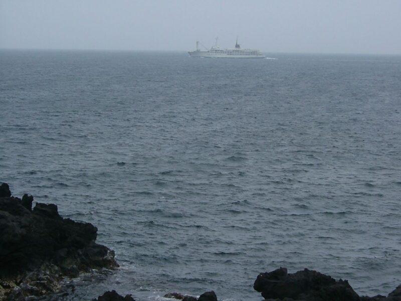 沖を航行中のフェリー