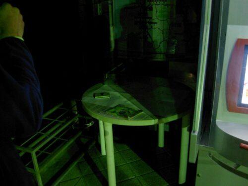 暗闇に丸テーブル