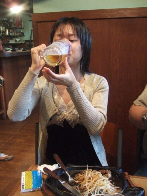 ビールを飲むひびさん