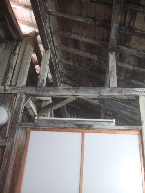 天井を見上げると、立派な柱