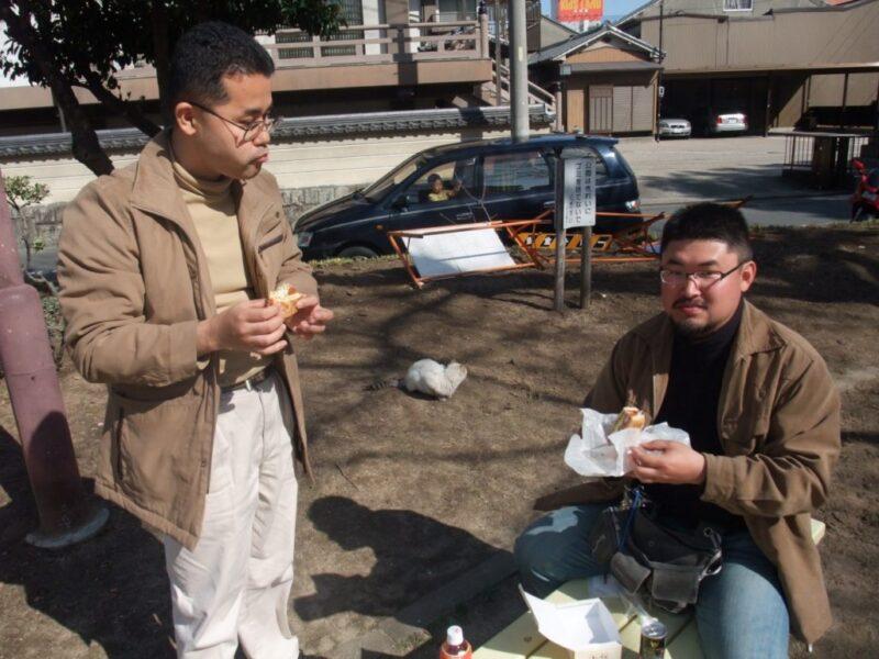 コンパルエビカツサンドを食べるアワレみ隊メンバー