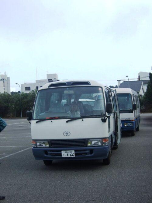 送迎バスが待機