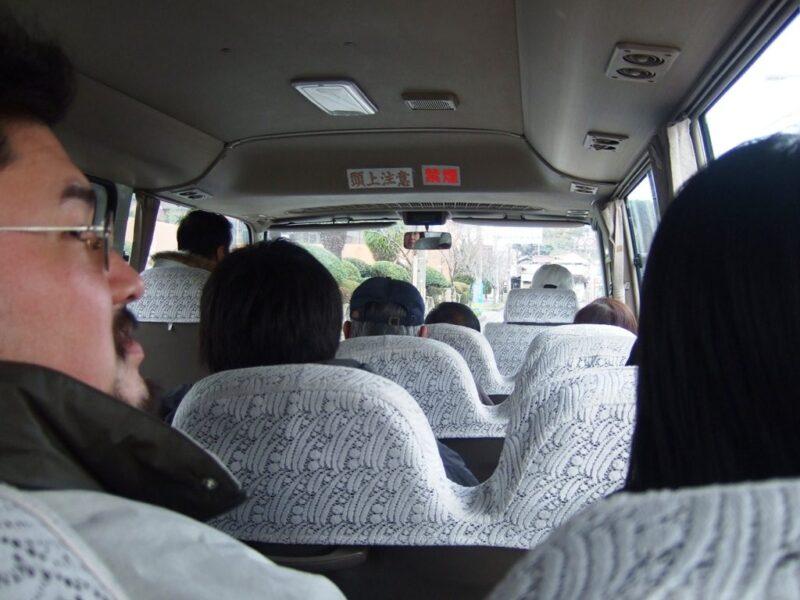 マイクロバスに乗って、勝浦港へ向かう
