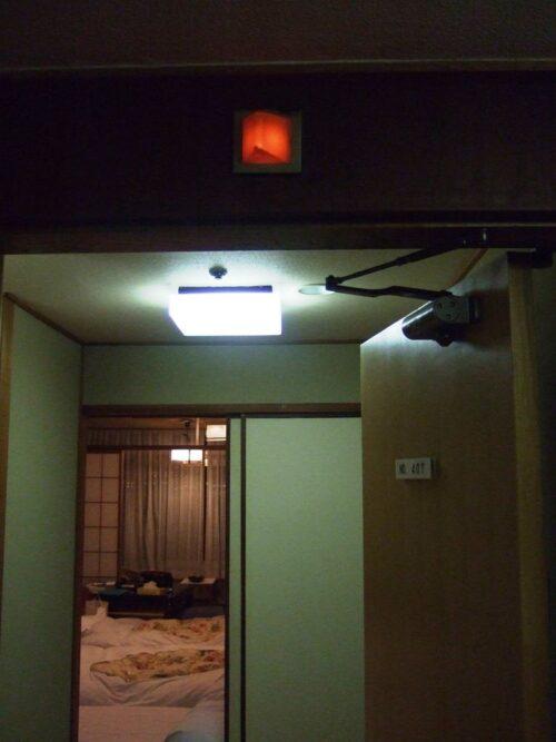 部屋の上に赤いランプ