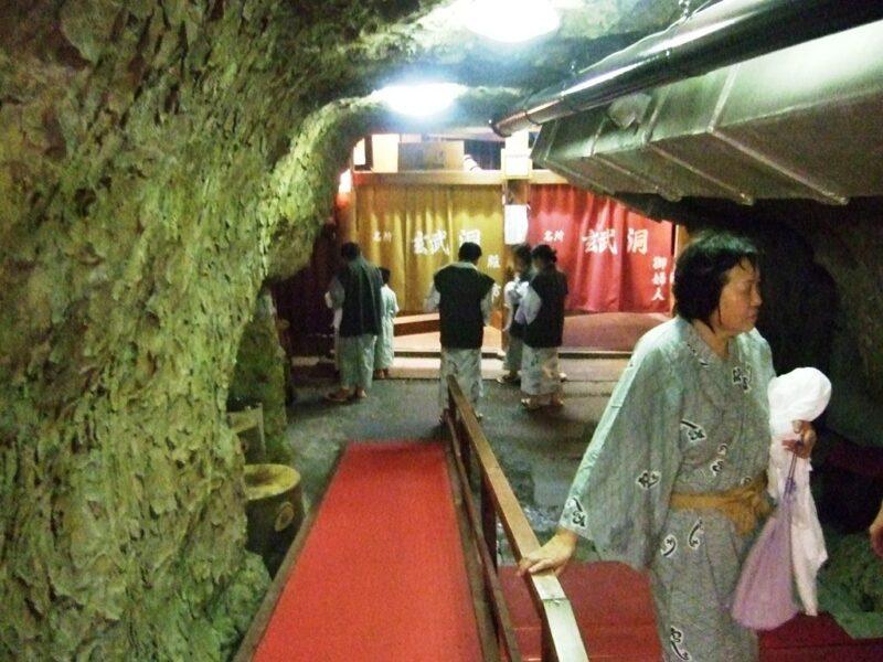 玄武洞は洞窟の中