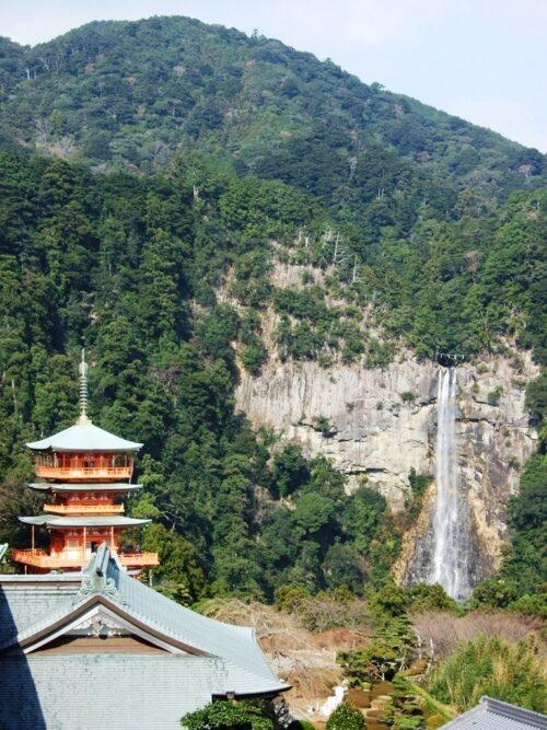 お寺から那智の滝を見下ろす