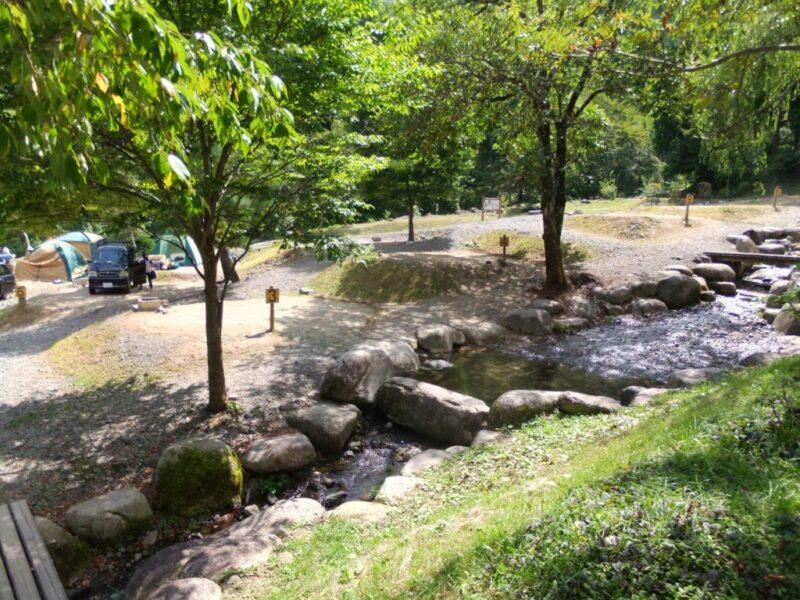 小川が流れるテントサイト