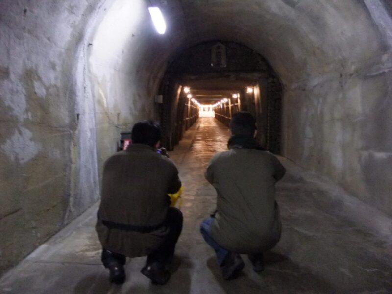 坑道の写真をとる二人