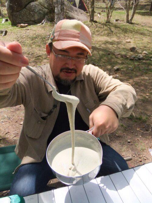 蕎麦粉を水で溶く