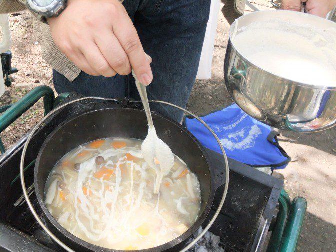 蕎麦粉を鍋に入れる